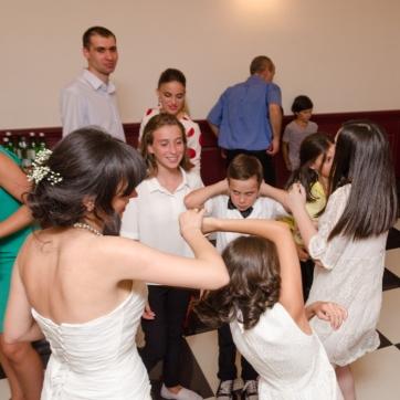 პატარძლის ცეკვა დასთან და ბავშვებთან...