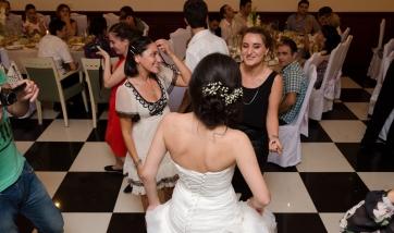 პატარძლის ცეკვა სიძის მეგობრებთან...